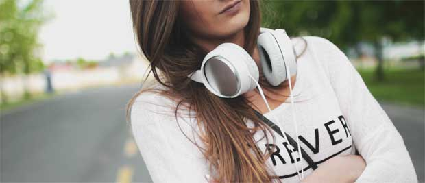 Gratis billede af pige der lytter til musik